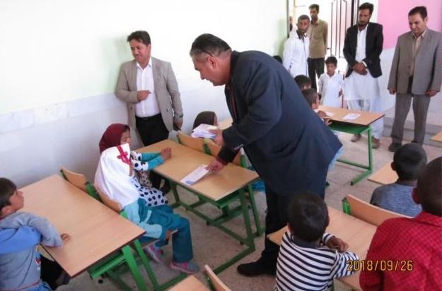 کمک یک خیرنیک اندیش به دانش آموزان روستای محروم هرشی