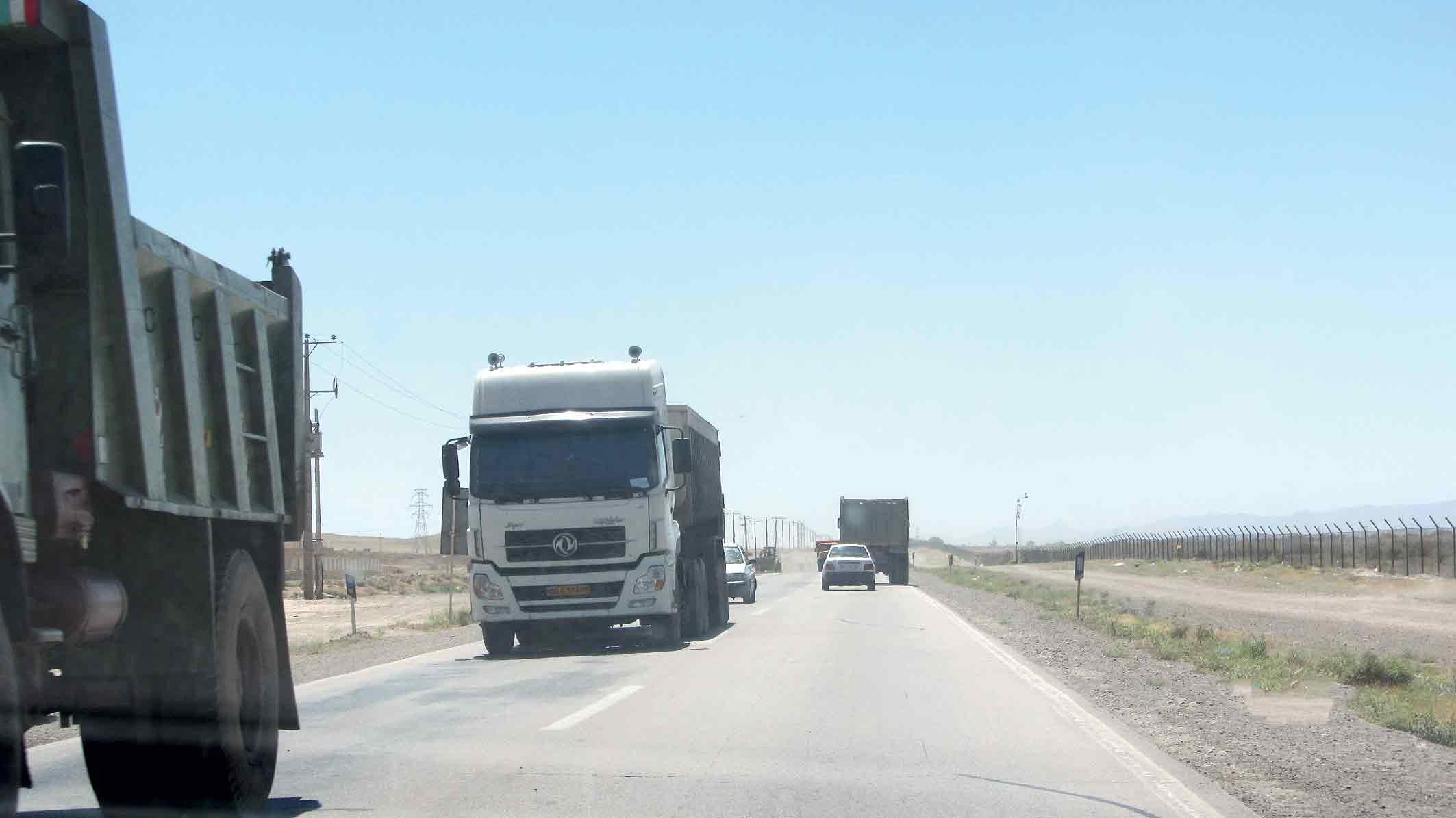 جلوگیری از تردد تریلی های سنگ آهن از مسیر خواف-گناباد