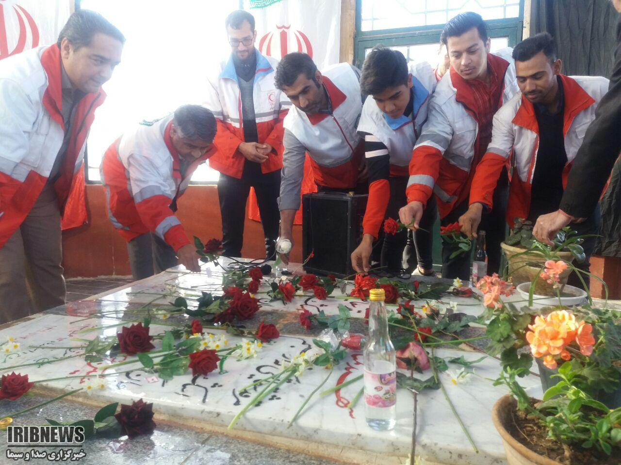 به مناسبت ایام الله دهه فجر؛ غبارروبی و عطر افشانی مزار شهدای گمنام خواف
