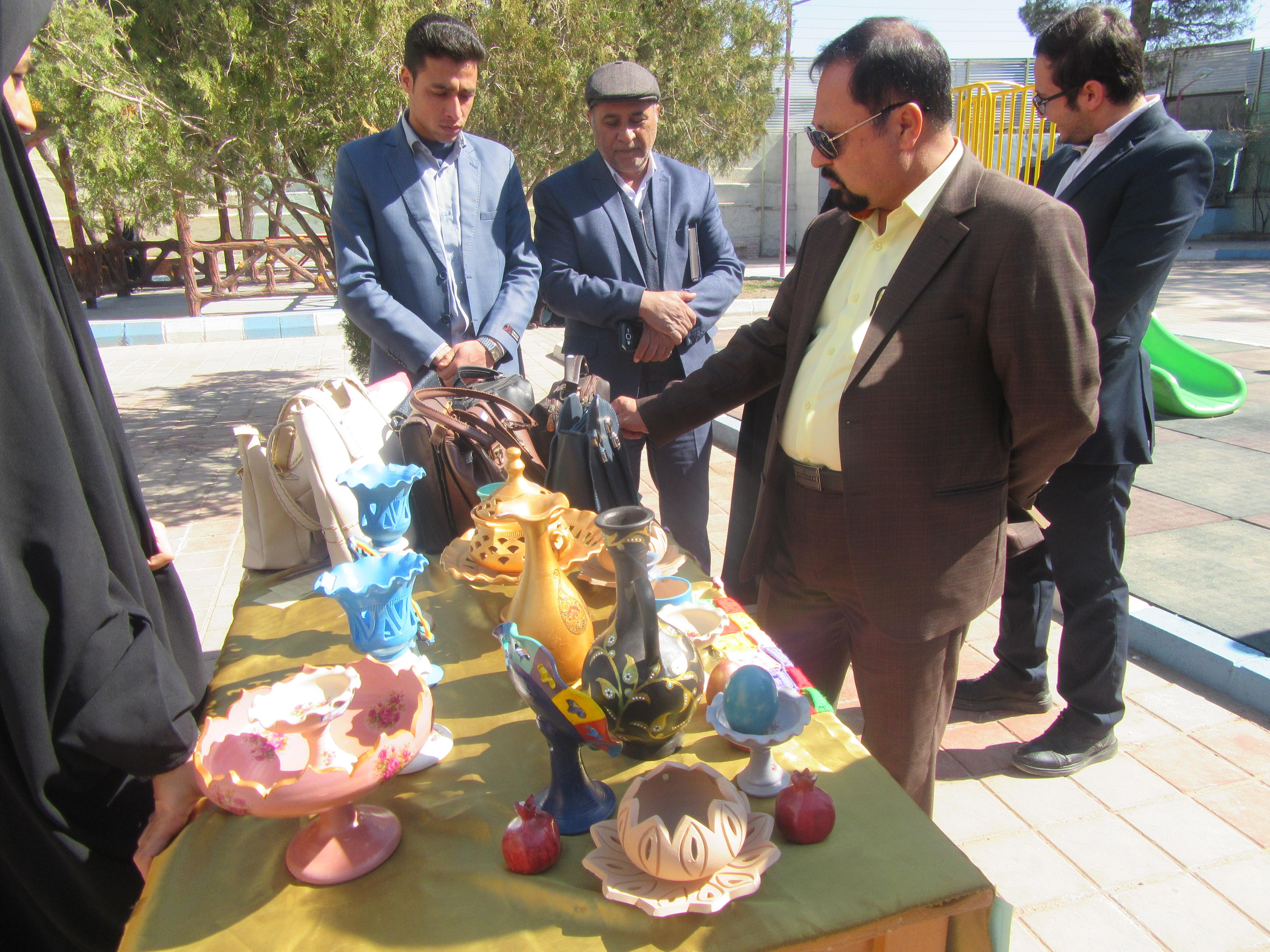 در اولین روز از هفته گرامیداشت مقام زن و روز مادر : نمایشگاه عرضه و فروش هنرهای دستی بانوانی خوافی افتتاح شد/گزارش تصویری