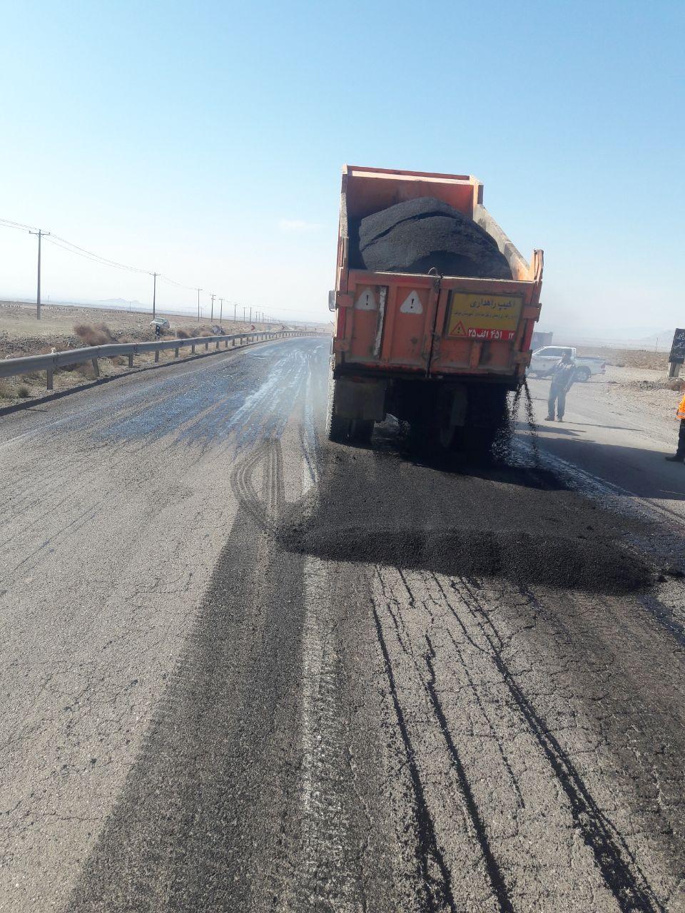 100 کیلومتر عملیات لکه گیری با ماسه آسفالت گرم در راههای شهرستان خواف با هزینه 5 میلیارد ریال