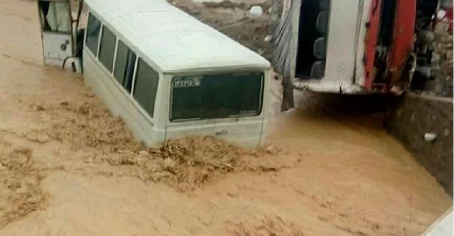 سقوط دو مینی بوس به درون یک کال در محور سلامی – چمن آباد