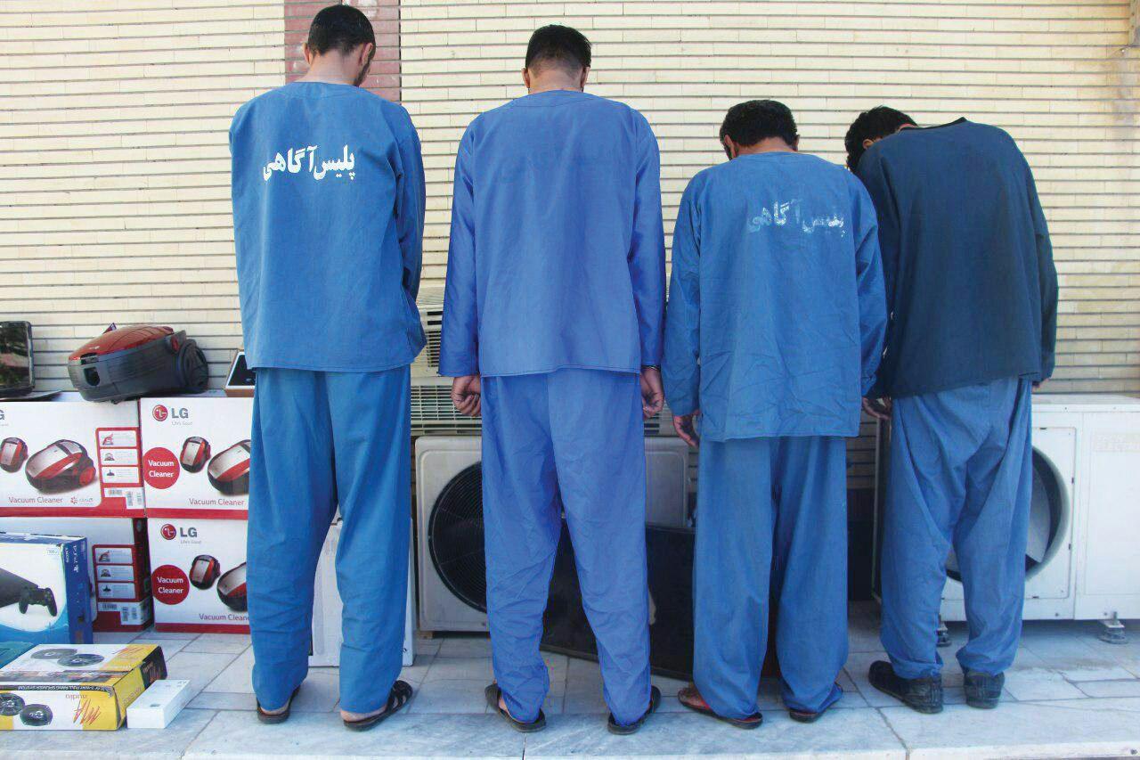 فرمانده انتظامی شهرستان خواف از دستگیری سه سارق حرفه ای با ۴ فقره سرقت منزل و احشام در این شهرستان خبر داد.