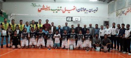 کاپ های قهرمانی به تیم های برتر و بازیکنان برتر مسابقات والیبال جام رمضان خواف اهدا شد