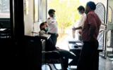 مدیری که روی صندلی مدیریت نمینشیند/ پاسخگویی مدیر آبفای خواف به مردم در جلوی درب ورودی اداره